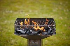 与木炭和火焰的一位火盆在它 免版税库存照片