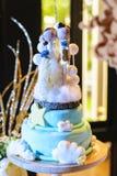 与木玩偶的婚宴喜饼 库存照片