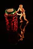 与木玩偶的水果罐头 免版税图库摄影