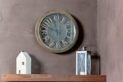 与木玩具房子、灯笼和时钟的室内部在墙壁背景 壁钟,灯笼,装饰,房子 内部 免版税库存照片
