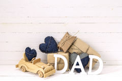 与木玩具汽车、礼物盒和lett的父亲节背景 库存图片