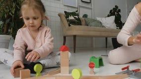 与木玩具的一点白肤金发的女孩戏剧 股票录像