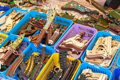 与木玩具的陈列室 木枪和刀子 库存图片