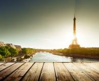 与木甲板桌和埃佛尔铁塔的背景 免版税库存图片