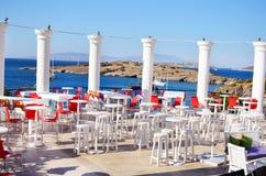 与木白色桌和椅子的海酒吧 免版税库存图片