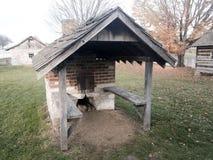 与木盖的风雨棚的室外砖烤箱 免版税库存照片