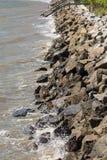 与木码头的岩石防波堤在距离 免版税库存图片