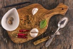 与木砧板的食物背景 免版税图库摄影