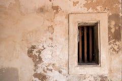 与木窗口的老葡萄酒混凝土墙纹理 库存图片