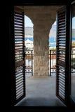 与木窗帘的门在一个大阳台的窗口 图库摄影