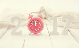与木第的构成2017年和红色时钟作为标志 免版税库存照片