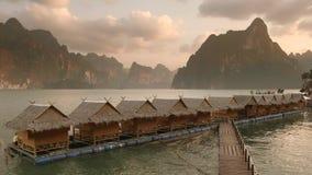 与木筏房子的日落Cheow Lan湖的在Khao Sok国立公园,泰国 股票视频
