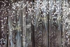 与木纹理和落的雪花的抽象圣诞节背景 在木背景的雪 与拷贝spaceop Bac的Xmas卡片 免版税库存照片