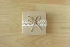 与木纹理的手工制造礼物 免版税库存图片
