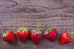与木纹理背景的和空间的草莓在措辞的上面 免版税图库摄影