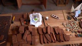 与木细节的木匠的工作表玩具小船的 股票视频