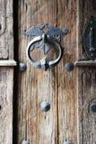 与木老哥特式门和门把手的背景 免版税库存图片