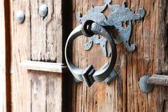 与木老哥特式门和门把手的背景 库存照片