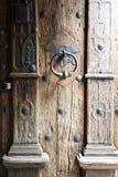 与木老哥特式门和门把手的背景 免版税库存照片