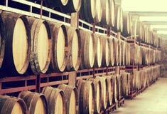 与木葡萄酒桶行的存贮  图库摄影