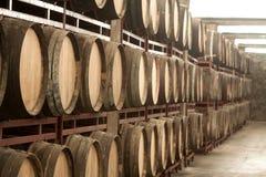 与木葡萄酒桶行的存贮  库存图片