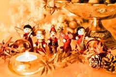 与木装饰品的圣诞树装饰与反射 库存照片