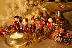 与木装饰品的圣诞树装饰与反射 免版税图库摄影