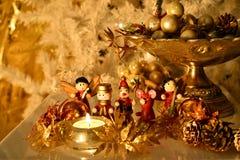 与木装饰品的圣诞树装饰与反射 免版税库存照片