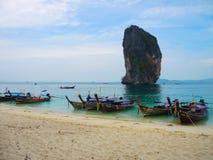 与木观光的小船落矶山脉在海, Krabi,泰国的美丽的绿色海洋水 免版税图库摄影