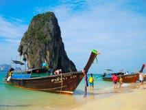 与木观光的小船落矶山脉在海, Krabi,泰国的美丽的绿色海洋水 免版税库存照片