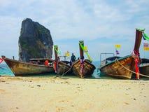 与木观光的小船落矶山脉在海, Krabi,泰国的美丽的绿色海洋水 免版税库存图片