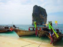 与木观光的小船落矶山脉在海, Krabi,泰国的美丽的绿色海洋水 库存图片