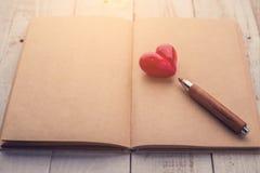 与木铅笔的红色心脏对象 库存图片
