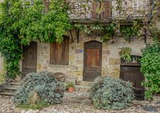 与木门和窗口的石门面 免版税库存照片