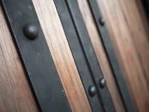 与木门的传统亚洲门把手 免版税库存图片