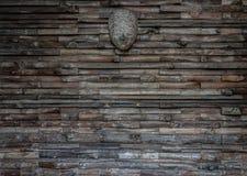 与木面具的老木板条纹理 库存图片