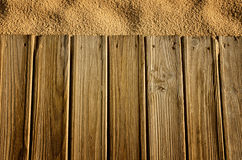 与木头和沙子的背景 免版税库存照片