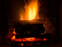 与木柴的灼烧的壁炉 免版税库存照片