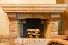 与木柴的美丽的装饰的壁炉 库存图片