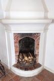 与木柴的老壁炉 免版税库存图片