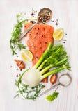 与未加工的三文鱼内圆角,茴香,莳萝,柠檬的准备 图库摄影