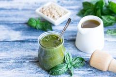 与未加工的成份的Pesto调味汁 蓬蒿Pesto调味汁 库存照片