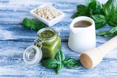 与未加工的成份的Pesto调味汁 蓬蒿Pesto调味汁 库存图片