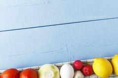 与未加工的有机菜和新鲜的鸡蛋的木背景 自然概念的食物 顶视图和拷贝空间 库存照片