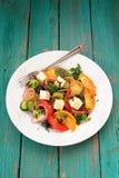 与未加工的蔬菜和希腊白软干酪的新鲜的希腊沙拉在大w 免版税库存图片