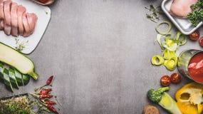 与未加工的鸡胸脯和各种各样的菜的健康或饮食食物背景鲜美烹调的,顶视图 库存照片