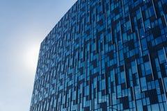 与未来派蓝色玻璃的门面的现代办公楼 免版税库存照片