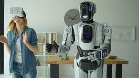 与机器人机器的快乐的女孩跳舞 股票视频