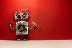 与机器人杂物工的海报修理维修业务横幅设计的 机器人电工拿着钳子,红色 免版税库存照片