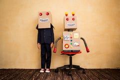 与机器人的年轻商人 免版税库存图片